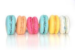 Gâteaux colorés de macarons Petits gâteaux de Français Macarons français doux et colorés Photos stock