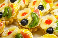 Gâteaux colorés lumineux de fruit Image libre de droits