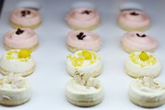Gâteaux crèmes blancs photos stock