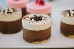 Gâteaux crémeux avec le coffie au restaurant photographie stock