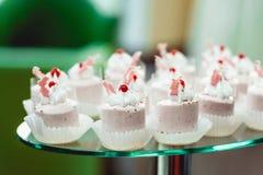 Gâteaux crémeux roses sur un support Fin vers le haut Photos libres de droits