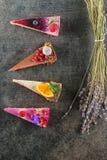 Gâteaux crus de vegan avec le fruit et les graines, décorés de la fleur, photographie de produit pour la pâtisserie photographie stock