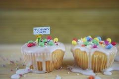 Gâteaux décorés faits maison pour le jour de mères sur une table de cuisine malpropre Photo libre de droits