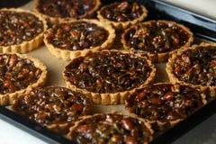 Gâteaux délicieux non cuits au four avec des écrous sur la casserole Photo libre de droits