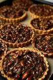 Gâteaux délicieux non cuits au four avec des écrous sur la casserole Image stock