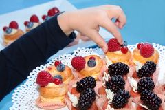 Gâteaux d'anniversaire savoureux et beaux Photographie stock