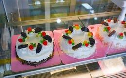 Gâteaux dans la boutique photographie stock libre de droits