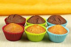 Gâteaux dans les moulages colorés Images libres de droits