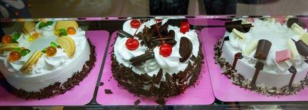 Gâteaux dans une boutique de gâteau photos stock