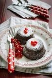Gâteaux de chocolat avec des groseilles rouges Image stock