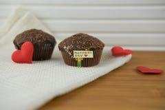 Gâteaux de chocolat avec des mots de jour de décorations et de mères de coeur d'amour Photos stock