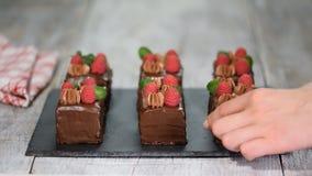Gâteaux de chocolat avec la framboise fraîche et le niveau en bon état banque de vidéos