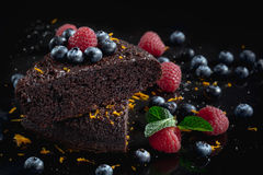 Gâteaux de chocolat délicieux sur le fond noir Photos libres de droits