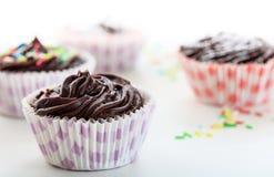 Gâteaux de chocolat de tasse sur un fond blanc Photos libres de droits