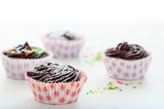 Gâteaux de chocolat de tasse sur un fond blanc Image libre de droits