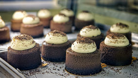 Gâteaux de chocolat sur le devanture de magasin de boulangerie Images stock