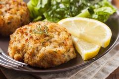Gâteaux de crabe faits maison organiques Image stock
