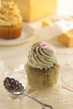 Gâteaux de cuvette et cadre de cadeau Photo libre de droits