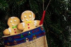 Gâteaux de garçon et de fille de pain d'épice dans la chaussette de Noël Photo libre de droits