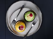 Gâteaux de mangue et de pistache photographie stock libre de droits
