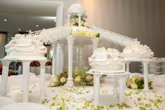 Gâteaux de mariage avec des roses reliées par des passerelles Photo libre de droits