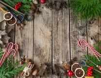 Gâteaux de Noël, ingrédients et ustensiles de cuisine pour les biscuits faits maison sur le fond en bois photos stock