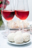 gâteaux de Noix-chocolat et vin rosé Photo libre de droits