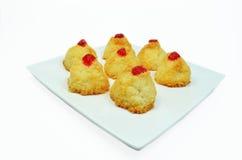 Gâteaux de noix de coco avec des cerises Images stock