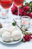 Gâteaux de noix de coco, fleurs et vin rosé Photo libre de droits