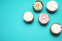 Gâteaux de Pâques d'isolement sur le fond de couleur Images stock