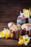 Gâteaux de Pâques, fleurs et oeufs de pâques Photographie stock libre de droits