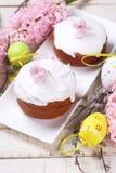 Gâteaux de Pâques, oeufs de pâques décoratifs, fleurs fraîches et saule Photo stock