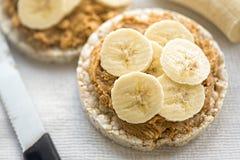 Gâteaux de riz avec le beurre et la banane d'arachide Photos stock