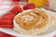 Gâteaux de riz avec le beurre et les fraises d'arachide Photographie stock libre de droits