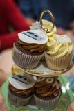 Gâteaux de tasse de chocolat à une partie de célébration d'anniversaire Photos libres de droits