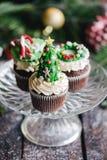 Gâteaux de tasse de Noël servis Photo stock