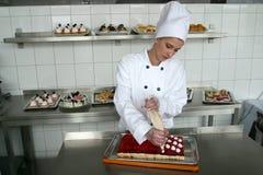 Gâteaux de traitement au four de jeune fille photos libres de droits