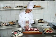 Gâteaux de traitement au four de jeune fille photographie stock libre de droits