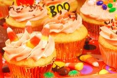 Gâteaux de Veille de la toussaint sur un plateau de portion photographie stock libre de droits