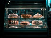 Gâteaux derrière un verre dans un coffeeshop image stock