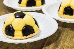 Gâteaux du football Photos stock