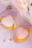 Gâteaux en forme de coeur de mousse de chocolat de rose en pastel Image stock