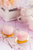 Gâteaux en forme de coeur de mousse de chocolat de rose en pastel Photographie stock