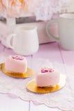 Gâteaux en forme de coeur de mousse de chocolat de rose en pastel Images libres de droits