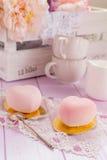 Gâteaux en forme de coeur de mousse de chocolat de rose en pastel Image libre de droits