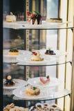 Gâteaux et desserts dans une fenêtre de boutique Image stock