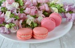 Gâteaux et fleurs sur la table Photo stock