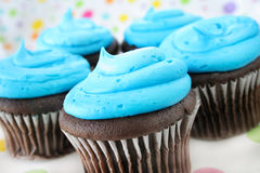 Gâteaux et givrage bleu Photographie stock libre de droits