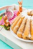 Gâteaux et lapins de Pâques Image stock