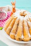 Gâteaux et lapins de Pâques Photos stock